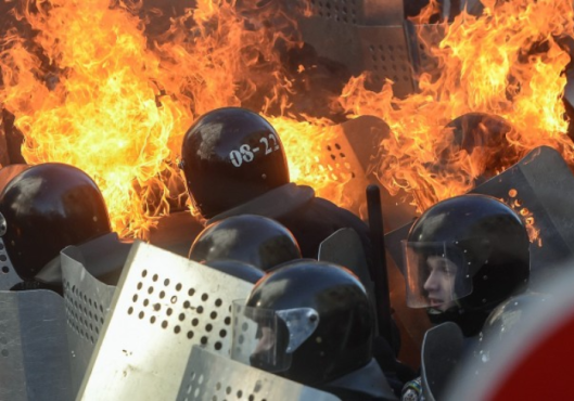 WASHINGTON POST SCREENSHOT KIEV UKRAINE - 'At least 25 killed in Ukraine protests - 02182014 Riot police officers in flames clash with protesters downtown Kiev - Img Europrean Pressphoto Agency